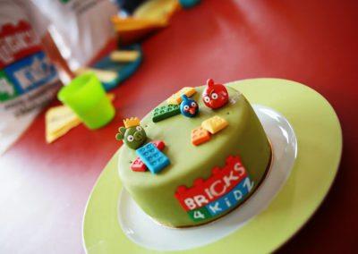 Bricks 4 Kidz Urodziny tort1
